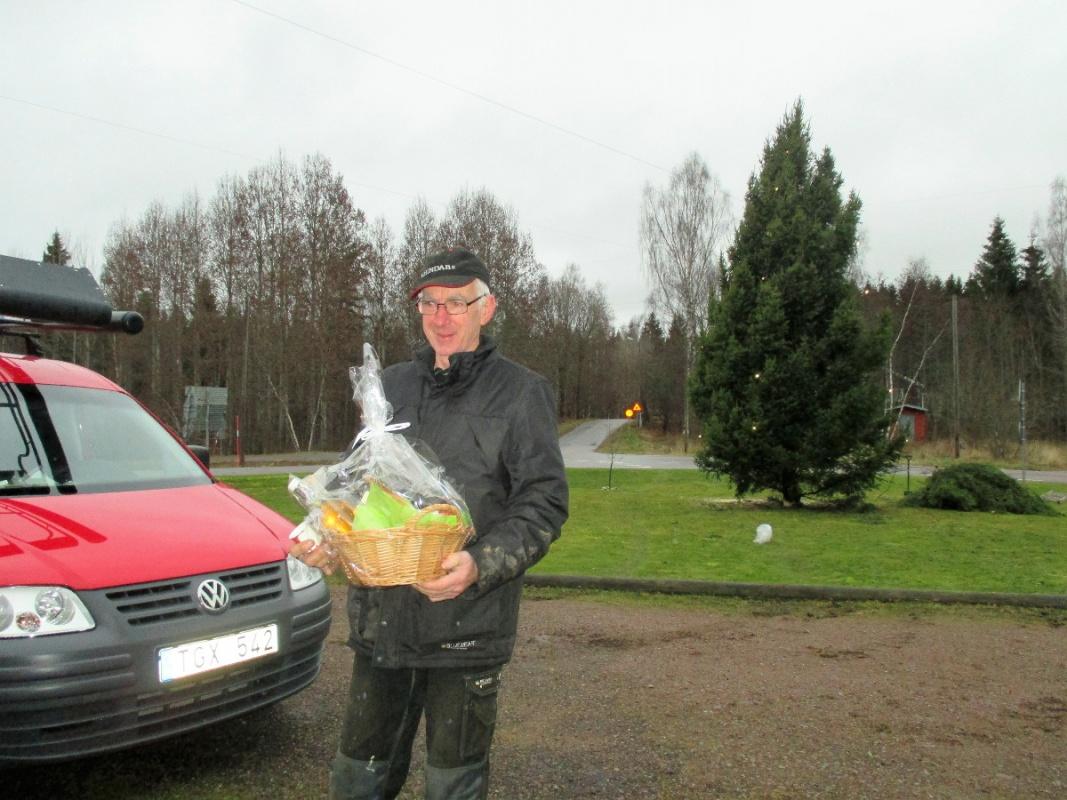 09.Bengt får en present för han troget ställer upp med traktor och skogskran varje år.