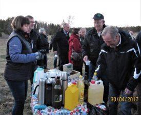 Tinna och Thomas Håkansson serverar kaffe till Ingemar Sundell och Stig Strand