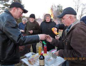 Simon serverar en korv till Inge Ljungberg