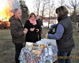 Tinna aserverar kaffe och kaka till Johan och Chatrine