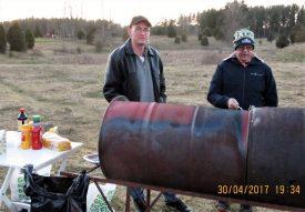 Simon och PO grillar korv